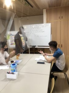 ユースクラスの英会話レッスン風景